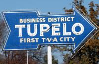 Old-fashioned neon sign advertising the Tupelo business district